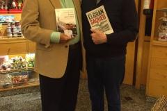 Con el Dr. Leopoldo López Gil, intercambiando los libros El Gran Saqueo y Preso pero Libre (2017).JPG
