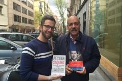 Junto al periodista David Placer, intercambiando los libros El Gran Saqueo y Los Brujos de Chavez